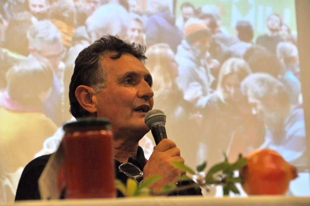 Sergio mentre parla al microfono in una conferenza